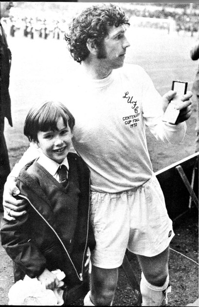 Johhny_giles_fa_cup_1972_medal_with_son